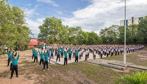 Hơn 1.000 học sinh, giáo viên và cán bộ Trường Phổ thông Teladan học Pháp Luân Công