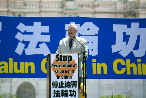 Dana Rohrabacher mengatakan praktisi Falun Gong berada di garis depan melawan kejahatan.