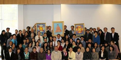 Para peserta konferensi Falun Dafa berfoto bersama