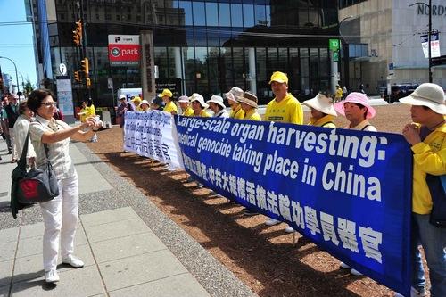 Para praktisi mengadakan rapat umum di pusat kota Vancouver untuk mengekspos kebrutalan dan kejahatan yang dilakukan oleh rezim Tiongkok terhadap praktisi
