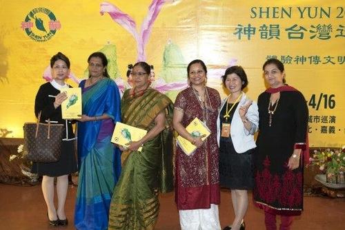 Uma Viswanathan (kedua kiri), membawa delapan orang dari India ke Taoyuan, Taiwan untuk melihat Shen Yun