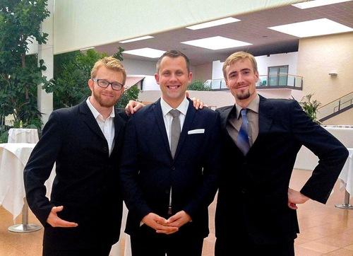 Mateusz (kanan) dan teman-temanya pada acara Konferensi Berbagi Pengalaman Falun Dafa 2015 di Eropa