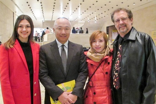 (Kiri ke kanan) Julia Volvach, Tatsuya Sato, Michelle Sato, dan John Gottman menikmati Shen Yun Performing Arts pada 16 Januari, 2016, di Lincoln Center.