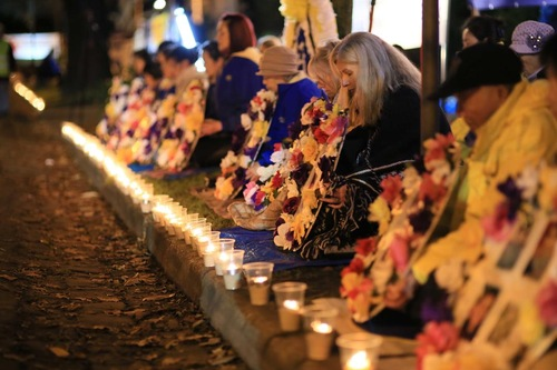 Praktisi Falun Gong di Melbourne, Australia mengadakan nyala lilin di depan Konsulat Tiongkok pada malam hari, 20 Juli 2016