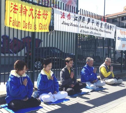 Aksi damai di luar Konsulat Tiongkok di Milan