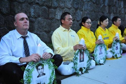 Dennis Watson (kiri pertama) bergabung dengan para praktisi Falun Gong di depan Konsulat Tiongkok dalam mengenang para praktisi yang disiksa hingga mati oleh rezim komunis di Tiongkok