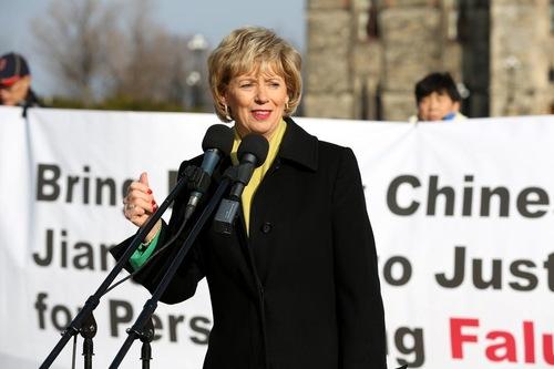 Judy Sgro, Anggota Parlemen, menyampaikan dukungan perdana menteri di rapat umum Falun Gong pada 9 Desember 2015