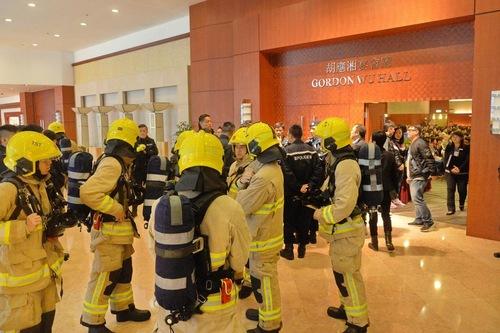 Pemadam kebakaran dan ahli penjinak bom menanggapi ancam bom di BP International Hotel di Hong Kong pada 17 Januari 2016.