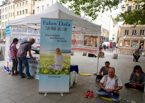 Praktisi mendirikan stan dan memperagakan latihan di Munich, Jerman