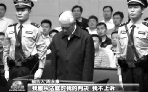 "Zhou Yongkang, mantan anggota politbiro, sidang pengadilan. Teks di bagian bawah: ""Saya akan mengikuti keputusan pengadilan. Saya tidak akan mengajukan banding."""