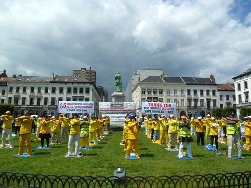 Praktisi Falun Gong melakukan latihan bersama di luar kompleks Parlemen Eropa di Brussels