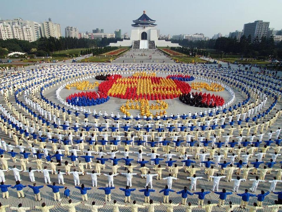 Hình ảnh tráng lệ của hàng ngàn học viên Pháp Luân Công đang xếp hàng thành đồ hình Pháp Luân tại Đài Loan
