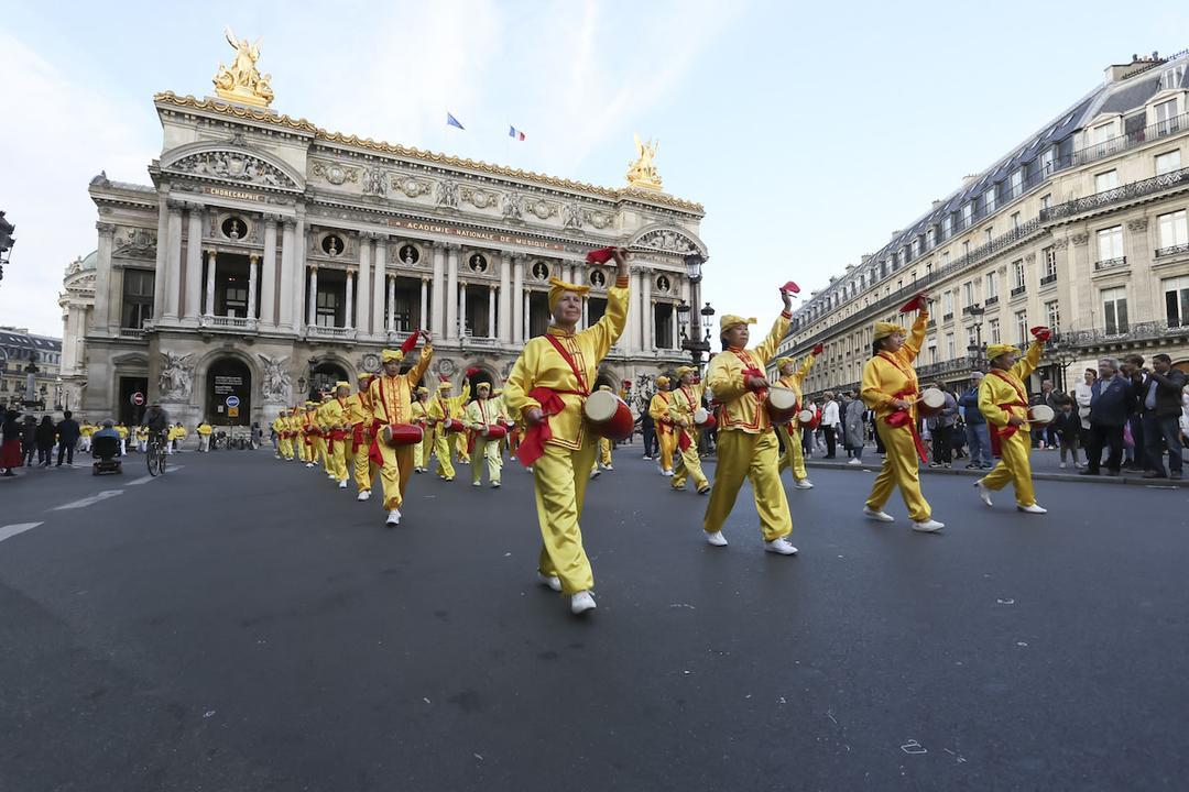 Más de 1300 practicantes de Falun Gong marchan en París ...