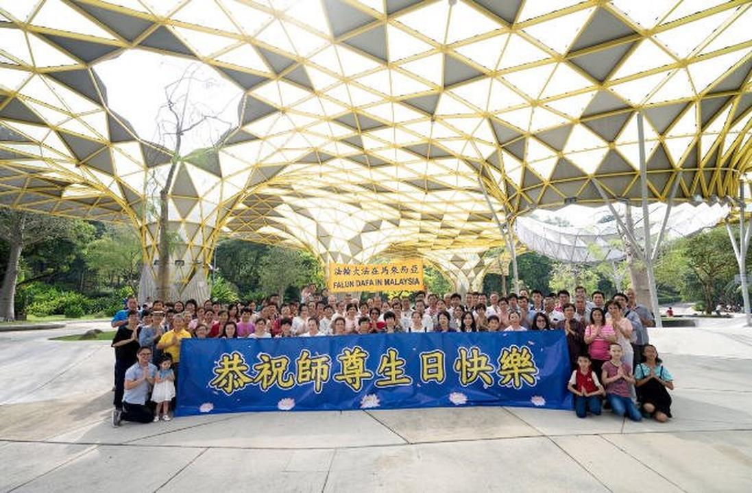Falun Dafa Practitioners In Malaysia Wish Master Li Hongzhi A Happy
