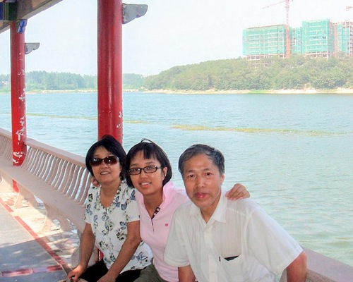 Foto keluarga Yao Guofu, Yao Yuanying, dan Liang Xin, ayah, putri dan ibu.