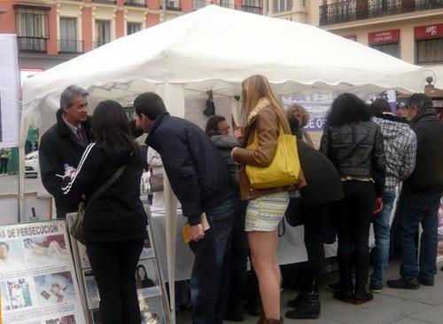 Membaca poster dan mengajukan pertanyaan di Callao Square