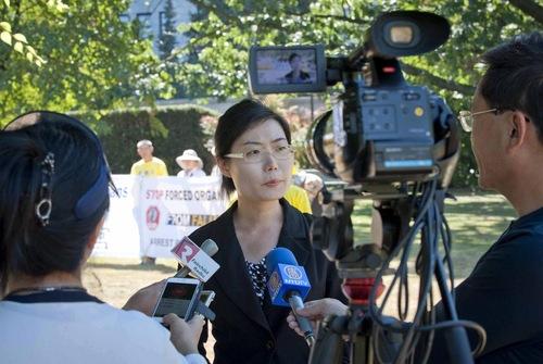 Alice Zhang mengatakan bahwa ibunya, Tang Huafeng, ditangkap pada bulan Februari 2014, dan masih dipenjara.