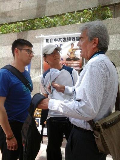 Dua praktisi berbicara dengan profesional medis (kanan) tentang pengambilan organ paksa di Tiongkok.