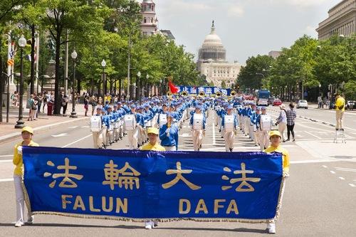 Tian Guo Marching Band memimpin barisan.