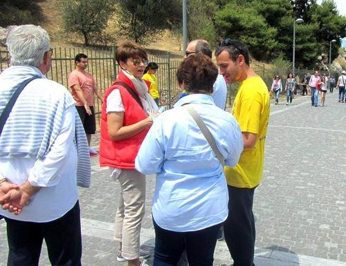 Praktisi Falun Dafa memperagakan latihan dan memperkenalkan Dafa kepada turis.
