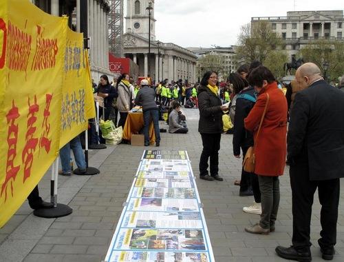 Praktisi Falun Gong di Lapangan Trafalgar, London pada 24 April 2016, memperingati permohonan damai 25 April di Beijing 17 tahun yang lalu