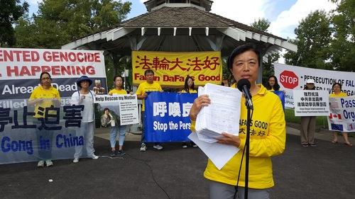 Rapat umum praktisi Falun Gong di Edmonton, Kanada. Liu memperlihatkan 9000 tanda tangan yang mendukung tuntutan hukum terhadap mantan diktator Tiongkok