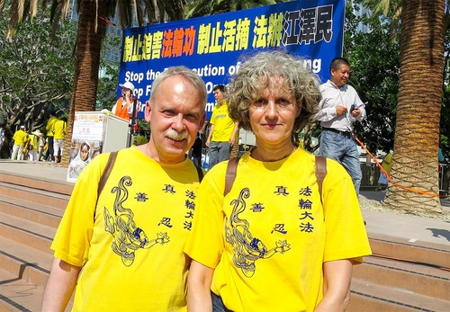 Praktisi Falun Gong Jerman Brigit (kanan) dan Ralf