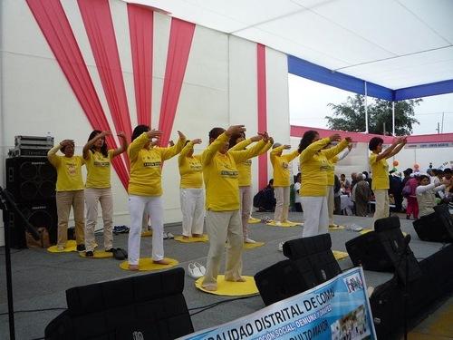 Các học viên biểu diễn công pháp tại một sự kiện cộng đồng ở Trung tâm Hành chính Comas