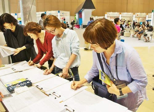 Banyak orang menandatangani petisi yang ditujukan kepada OHCHR PBB
