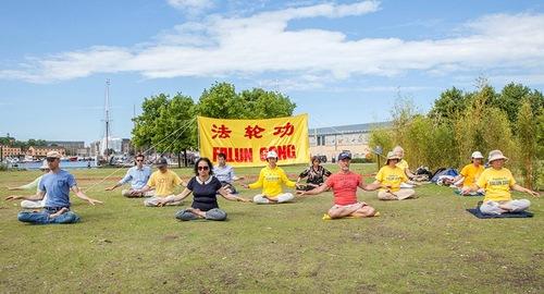 Praktisi Falun Gong melakukan latihan di Vasa Museum, Stockholm, Swedia