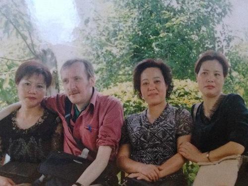 Wei Zaiqun (kiri), suaminya, dan dua saudara perempuannya, Wei Zaihui dan Wei Zaixiu. - korban penganiayaan