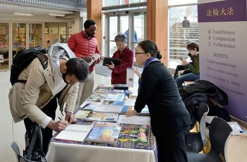 Menandatangani petisi untuk menyerukan diakhirinya pengambilan organ secara paksa dari praktisi Falun Gong yang masih hidup di Tiongkok oleh rezim Komunis Tiongkok