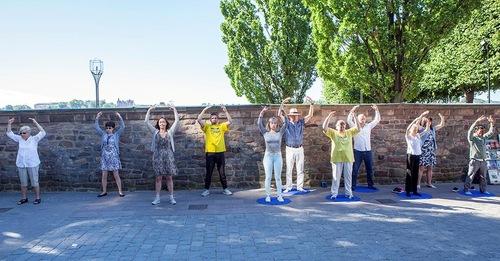 Melakukan latihan Falun Gong di Balai Kota Stockholm