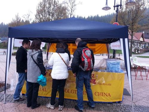 Empat turis dari Swiss mempelajari tentang Falun Gong dan penganiayaan