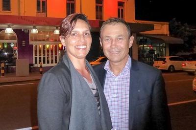Roger Cook, anggota Majelis Legislatif, dan istrinya Carly Lane, seorang kurator seni