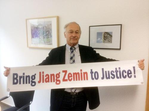 Martin Patzelt memasang foto ini di website pribadinya, memberitahu publik bahwa ia telah menandatangani petisi untuk mendukung tuntutan hukum terhadap Jiang Zemin