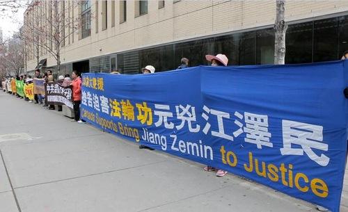 Praktisi Falun Gong membentangkan spanduk di pusat kota Toronto