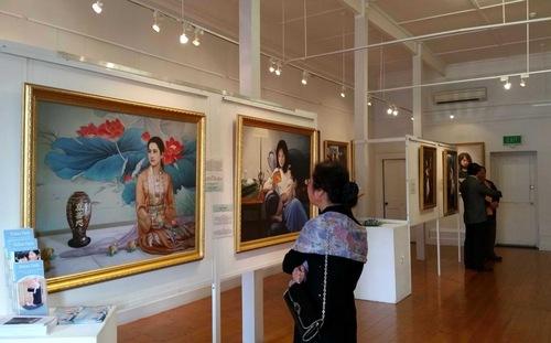 Para pengunjung melihat lukisan