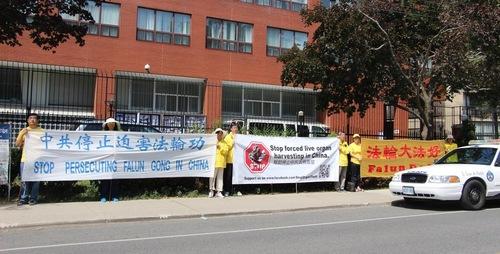 Ratusan praktisi Falun Gong dan para pendukung mengadakan konferensi pers di Toronto pada tanggal 20 Juli 2016