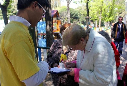 Menandatangani petisi di luar Kedutaan Besar Tiongkok di Madrid