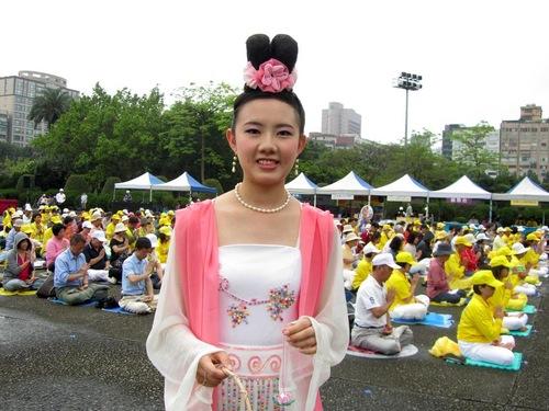 Liao Wei Yi berpakaian
