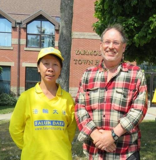 Shaun Cooper (kanan) dari Yarmouth senang bertemu Diana, seorang praktisi yang merupakan salah satu koleganya 20 tahun yang lalu di Zhuhai, Tiongkok. Shaun mengatakan bahwa ia telah membaca banyak tentang Falun Gong, dan mendorong praktisi untuk terus melakukan dengan baik.