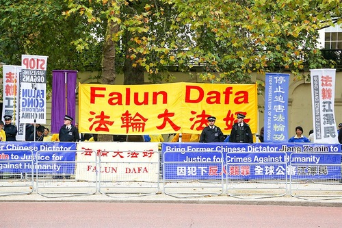 Aksi Damai Falun Gong Selama Kunjungan Presiden Tiongkok Menarik Perhatian Keluarga Kerajaan Inggris