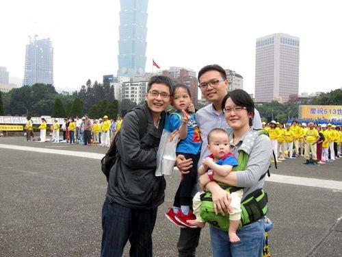 Chen Chun Hao (tengah), istrinya Wanchen, dan saudaranya iparnya Li Jianhao (kiri) di perayaan