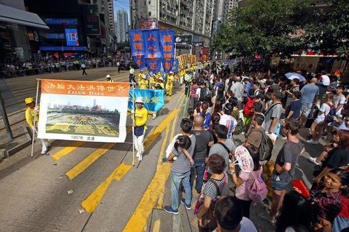 """Spanduk besar berbunyi: """"Falun Gong telah menyebar ke seluruh dunia"""""""