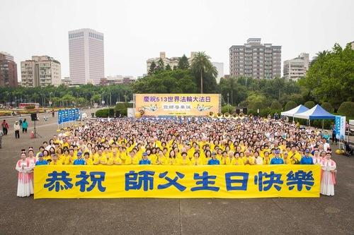 Pada akhir perayaan, praktisi mengucapkan selamat ulang tahun (tulisan bahasa Mandarin di spanduk) kepada Guru Li Hongzhi