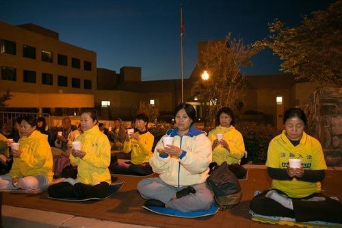 Praktisi Falun Gong di wilayah DC menggelar kegiatan nyala lilin di depan Kedutaan Besar Tiongkok pada malam hari, 24 April untuk mengenang 17 tahun permohonan damai 25 April