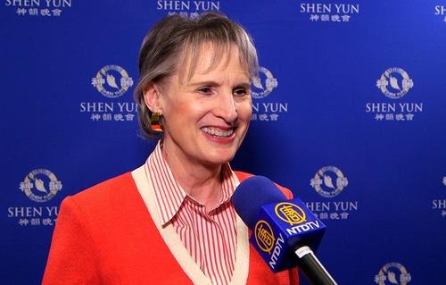 Laura Vahl-Gillespie, Akuntan Publik Bersertifikat dan juga salah satu pendiri the California Philharmonic, di pertunjukkan di Thousand Oaks, CA pada 22 Maret