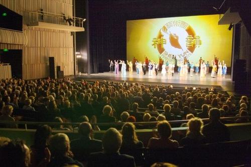 Di akhir pertunjukan Shen Yun di Concertgebouw di Bruges, Belgia pada tanggal 22 Maret 2016