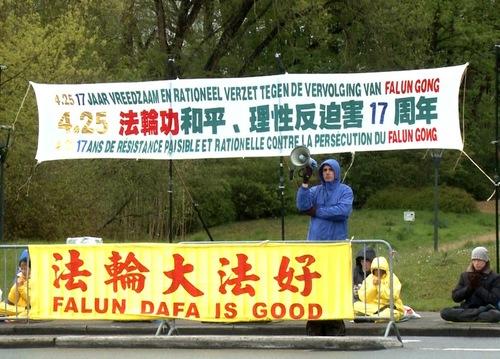 Praktisi Falun Gong mengadakan aksi damai di depan Misi Tiongkok untuk Uni Eropa di Brussels dan berbicara dengan para pejalan kaki tentang penindasan di Tiongkok